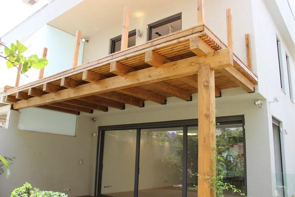 פרגולה מקורות עץ אורן גושני , קירוי בסרגלי עץ ומעל דק היוצא מחדר השינה בקומה השנייה
