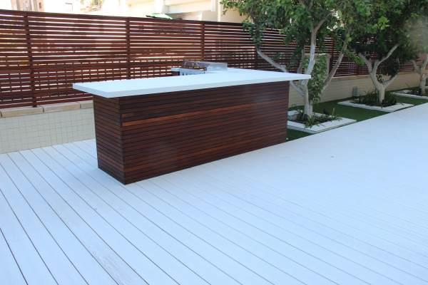 דק סינטטי בצבע לבן על מרפסת גג