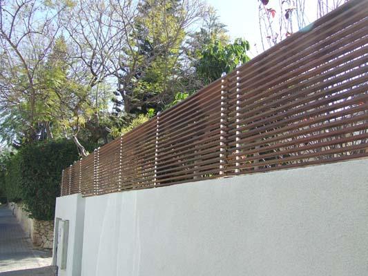 גדר עץ סרגלי איפא מולבשים על עמודי אלומיניום