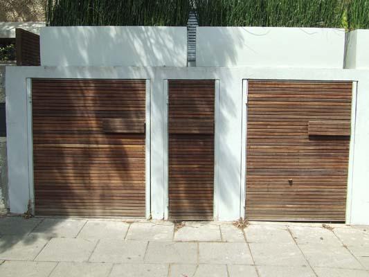 שער אשפה וארון חשמל מסרגלי עץ איפא