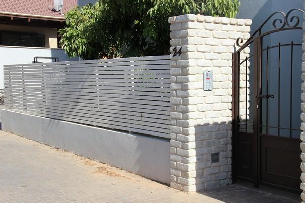 גדר סרגלי עץ אורן בצבע לבן