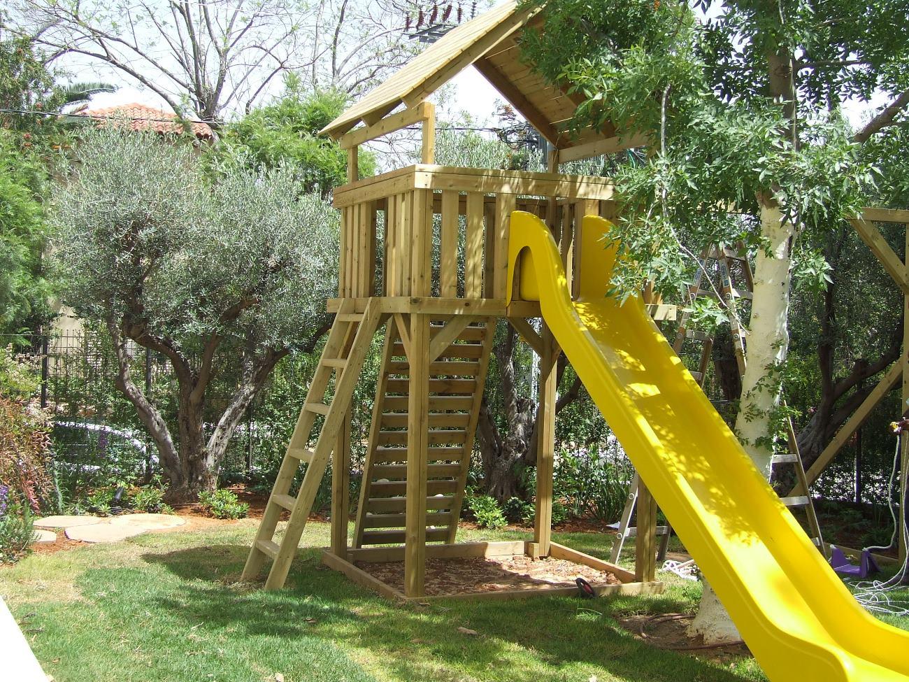 מבנה עץ עם מגלשה