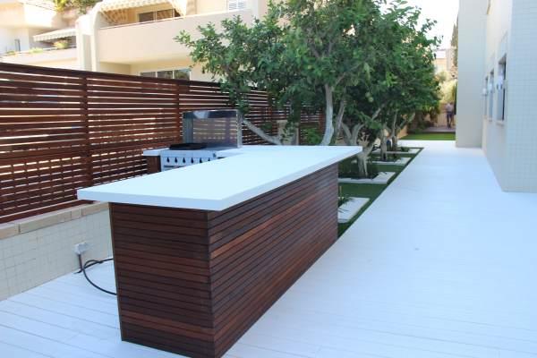 עמדת מטבח מעץ איפאה עם משטח עבודה מקוריאן