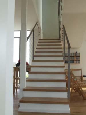 מדרגות פנים מעץ