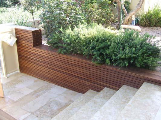 קיר תמך למדרגות מעץ טיק