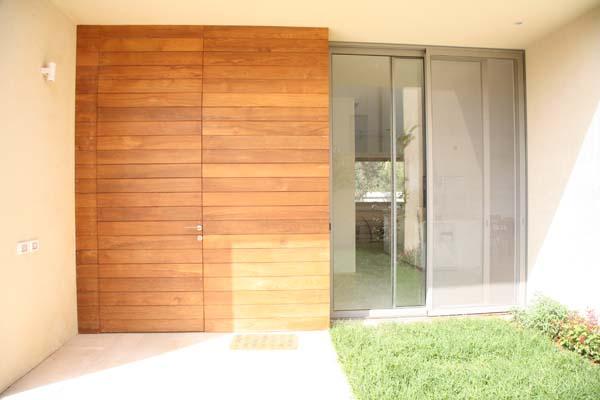 דלת כניסה מעץ טיק